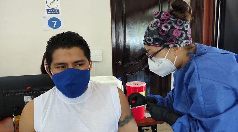Brigadas municipales vacunan a trabajadores de la Empresa Eléctrica Quito