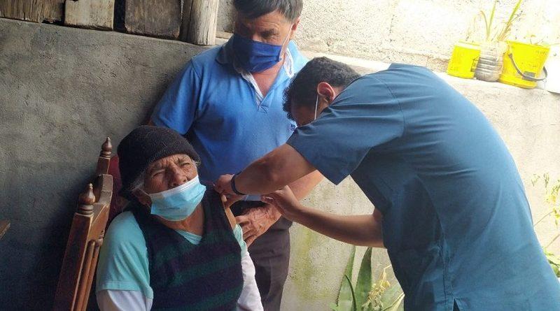Cuidadores de personas con discapacidad reciben la vacuna contra la COVID-19